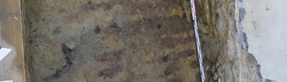 Verfärbungen könnten Hinweise auf einen spätmittelalterlichen Holzfußboden im Ackerbürgerhaus geben